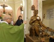 La comunità di San Rocco inaugura la nuova statua